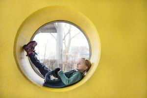 Kind lernt mit Konzentrationsübungen im Fenster