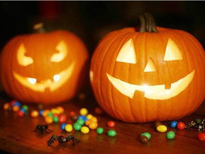 Ausgehöhlte Kürbise stehen für Halloween, welche Haftpflichtversicherung greift bei Streichen