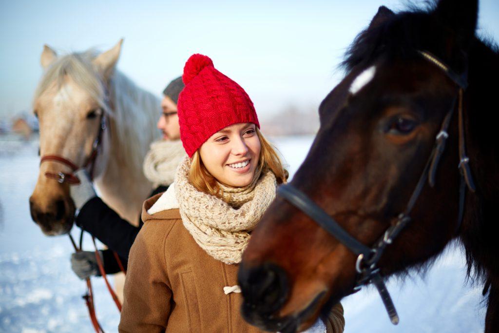 Eine Gruppe von Pferdeliebhaber freut sich aufs Skijöring