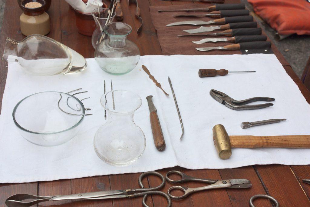 Nahaufnahme von antiken Zahn-Werkzeugen, die damals für die Zahnbehandlung verwendet wurden