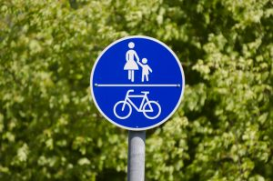 Rechte Fahrradfahrer in Fahrradstraße und auf dem gemeinsamen Gehweg
