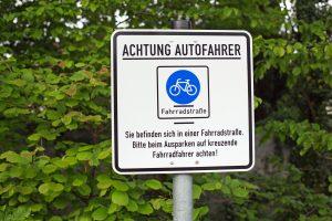 Rechte Radfahrer auf gemeinsamen Radweg