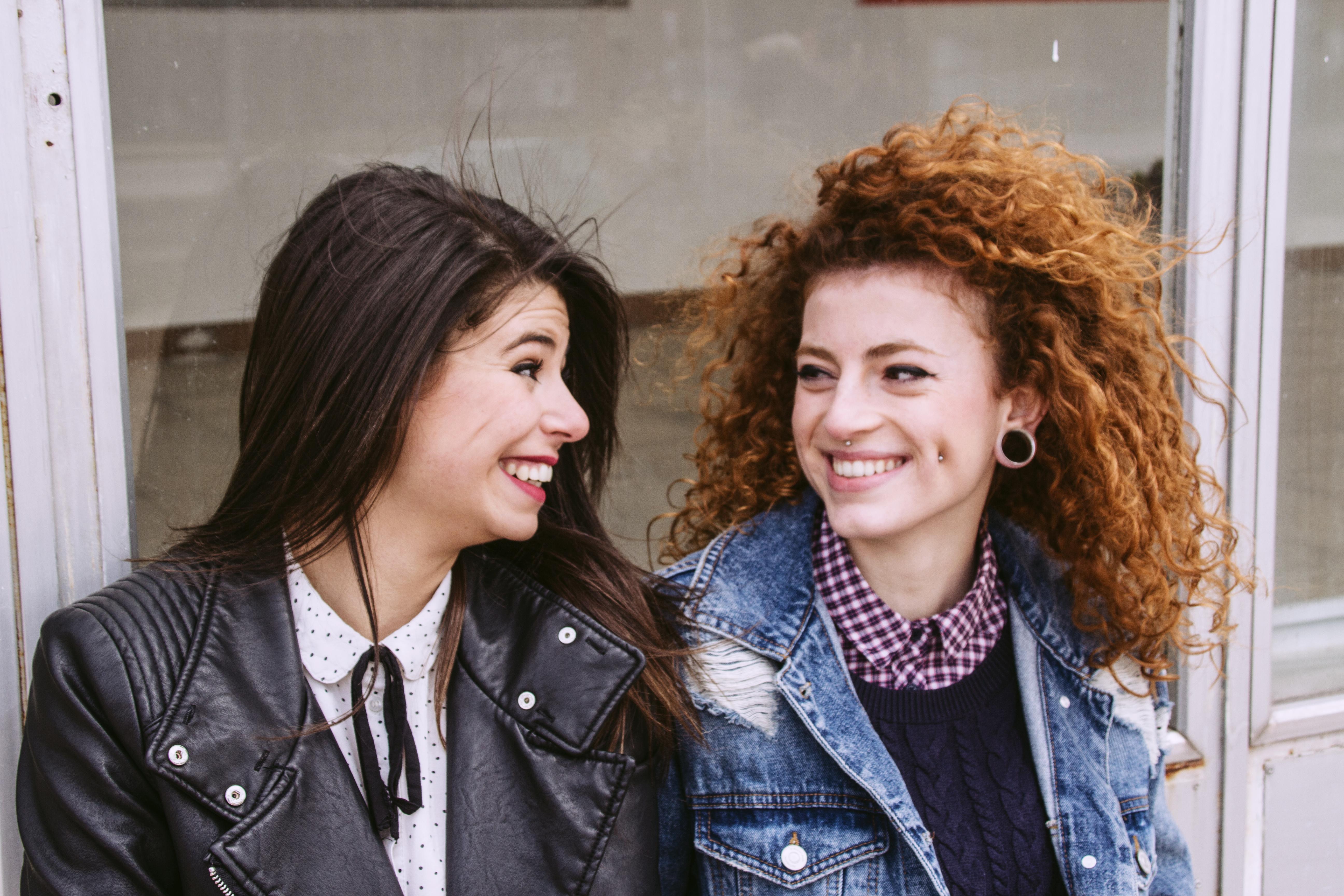 Schöne Freundinnen Lachen