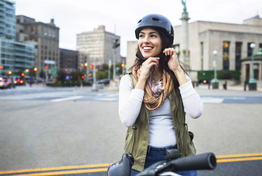 Radfahrer, Radfahrerin, Helm, Stadt