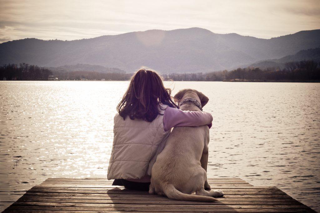 Hund, Mädchen, See